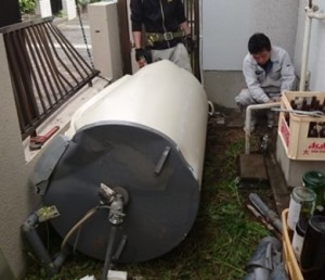 温水器転倒による配管破損
