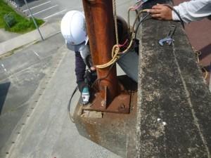 陸橋の街路灯倒壊の危険により緊急撤去1