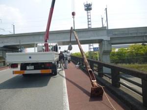 陸橋の街路灯倒壊の危険により緊急撤去2